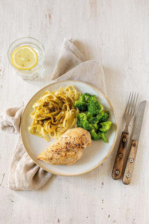 Gebratene Maishendlbrust mit gedaempftem Brokkoli und Tagliatelle mit Pistazien-Oberssauce nach einem Rezept von Sweets & Lifestyle®