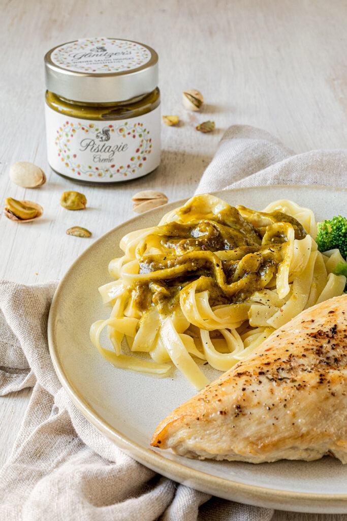 Gebratene Maishendlbrust serviert mit Tagliatelle mit Pistazien Oberssauce und Brokkoli nach einem Rezept von Sweets & Lifestyle®