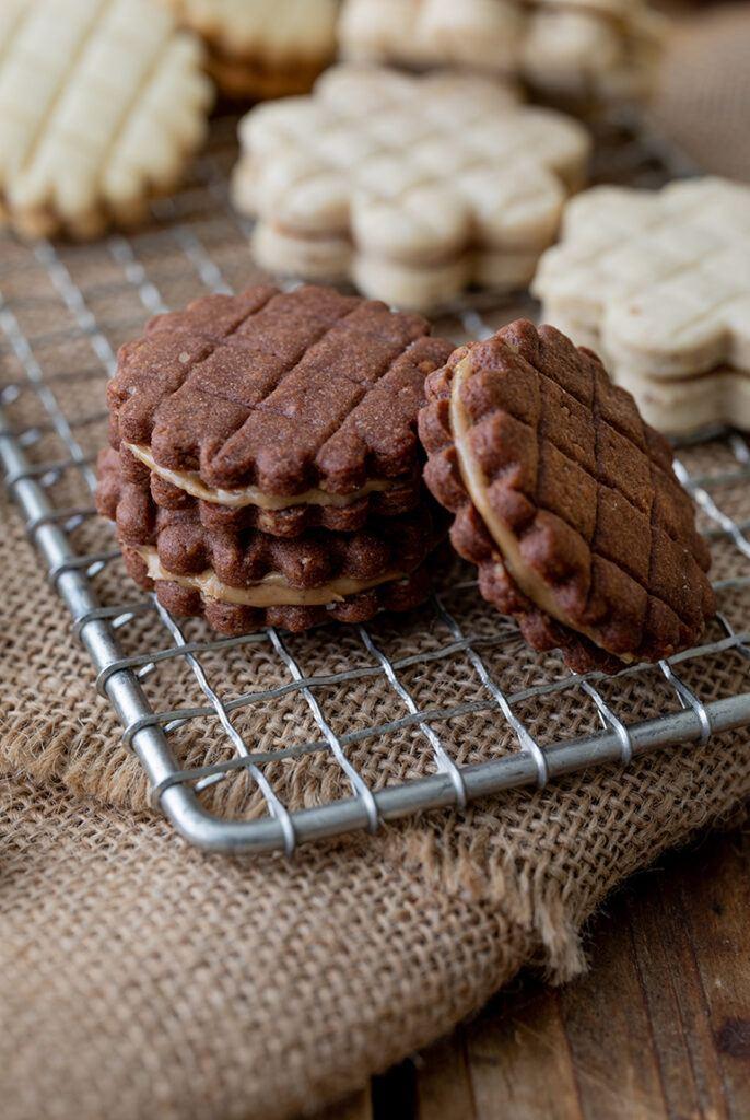Gitter Kekse aus Schoko-Nuss-Teig gefuellt mit Nougatcreme nach einem Rezept von Sweets & Lifestyle®