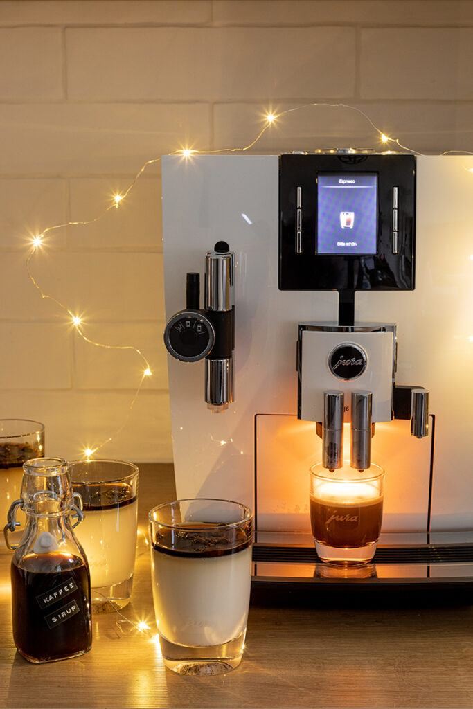 JURA Kaffeevollautomat J6 weihnachtlich geschmueckt im SchlossStudio von Verena Pelikan im Schloss Coburg zu Ebenthal