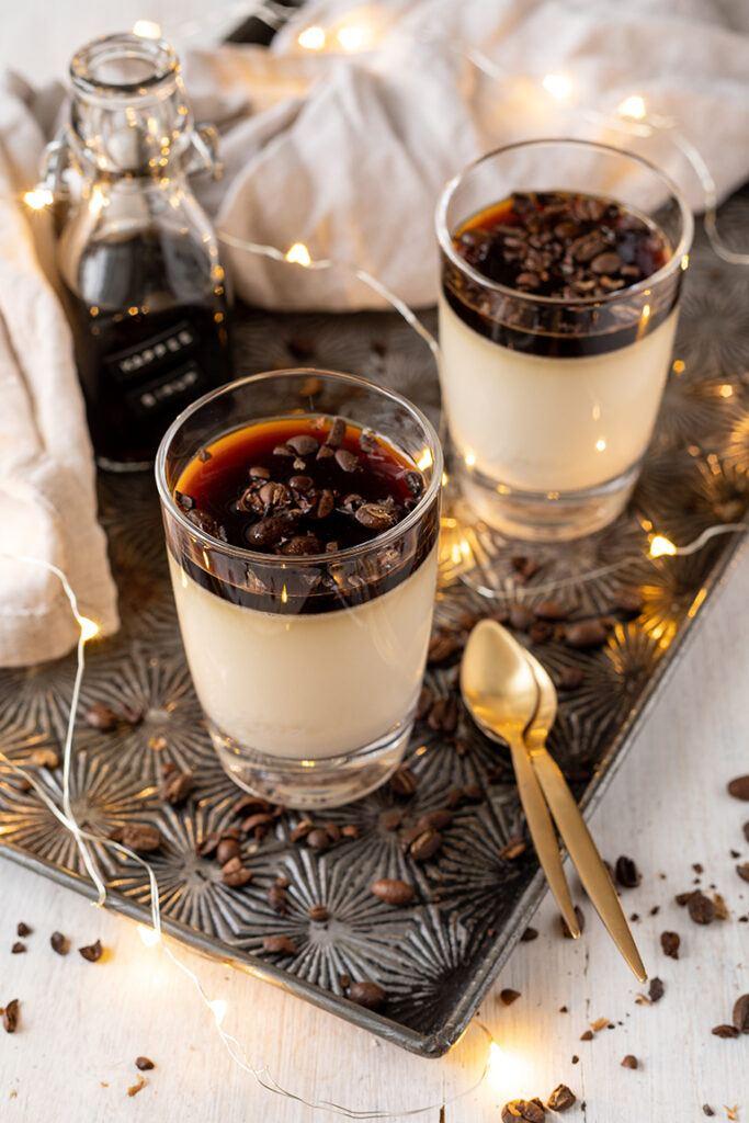 Kaffee Panna Cotta als Weihnachtsdessert im Glas serviert nach einem Rezept von Sweets & Lifestyle®