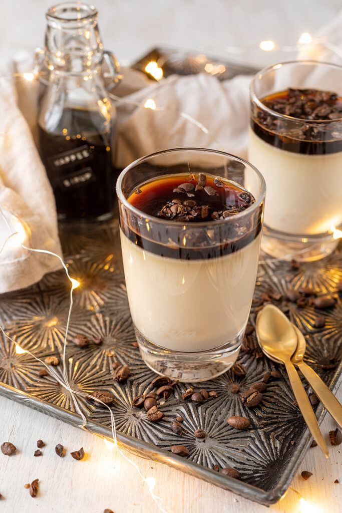 Kaffee Panna Cotta als leckeres Dessert im Glas serviert nach einem Rezept von Sweets & Lifestyle®