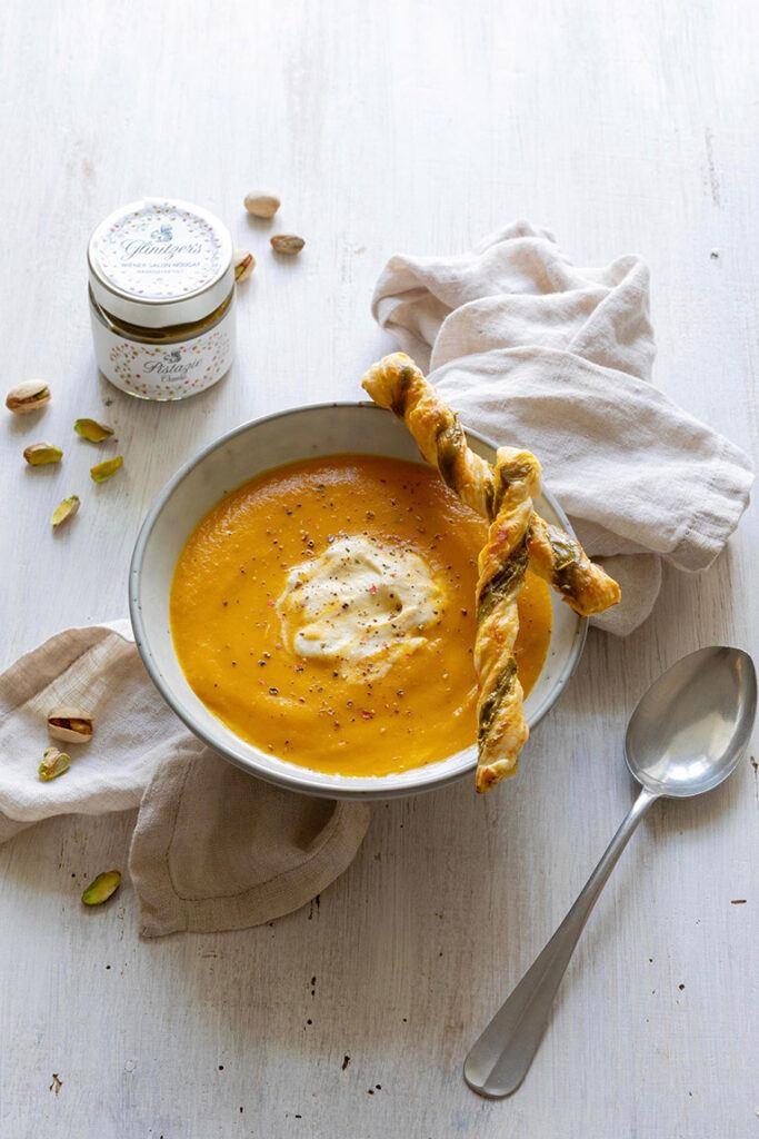 Leckere Karotten Ingwer Suppe serviert mit Pistazien Blaetterteigstangen nach einem Rezept von Sweets & Lifestyle®
