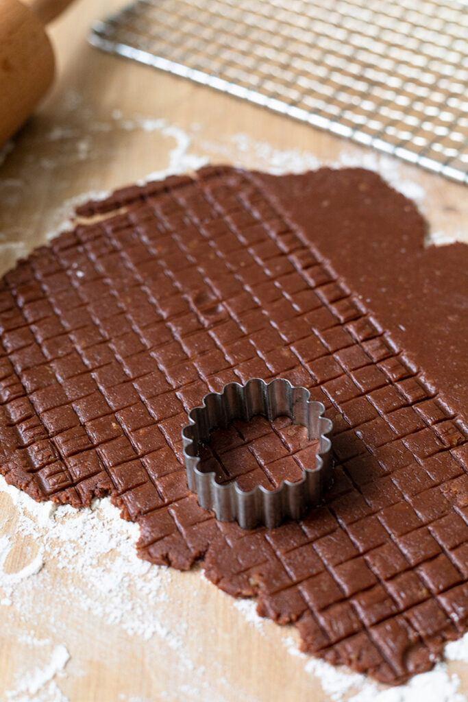 Kekse aus Teig mit Gittermuster ausstechen