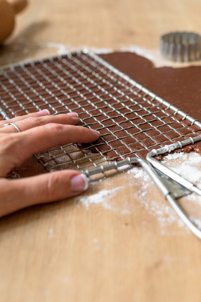 Kuchengitter auf Teig druecken fuer die Herstellung der Gitter Kekse nach einem Rezept von Sweets & Lifestyle®