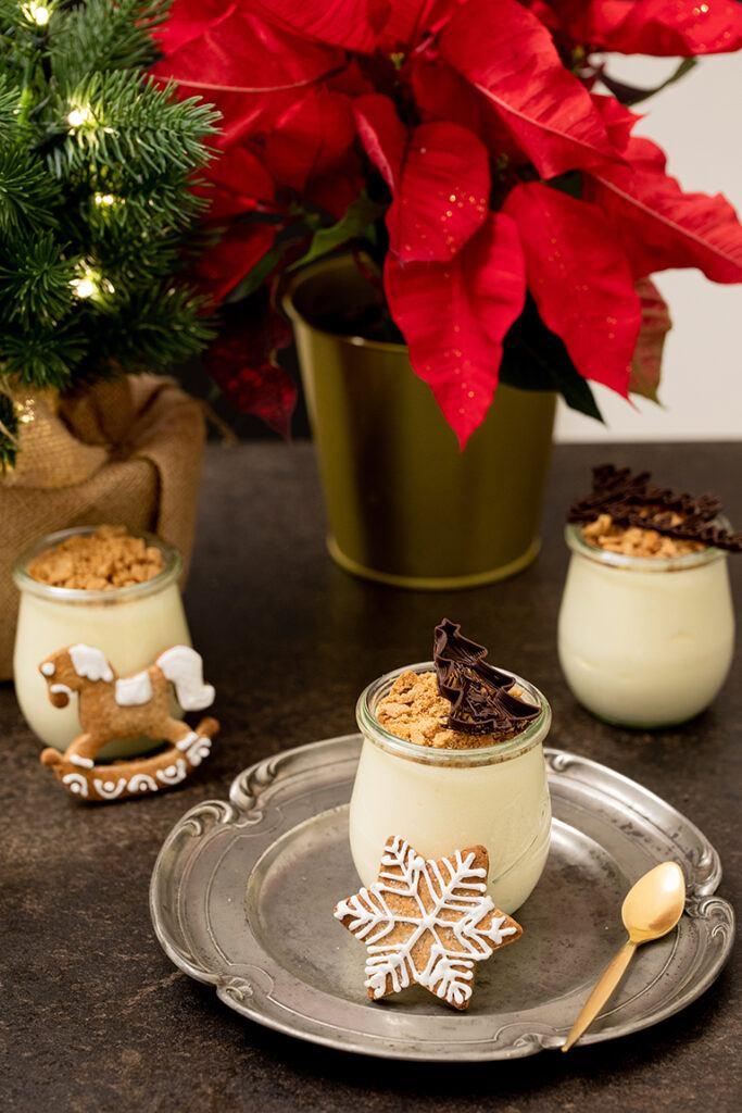 Lebkuchen Mousse mit Gin serviert als Dessert im Glas verziert mit einer Weihnachtsbaum 3D Schokolade aus dem mycusini Lebensmitteldrucker