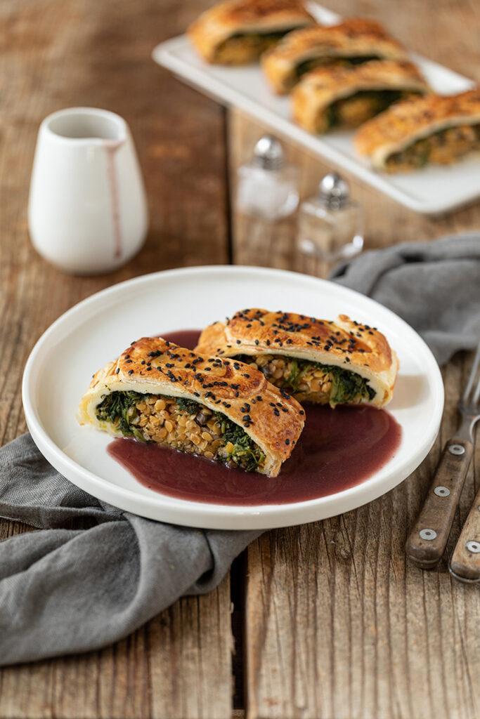 Leckerer veganer Linsenbraten mit roten Linsen Spinat und Champignons nach einem Rezept von Sweets & Lifestyle®