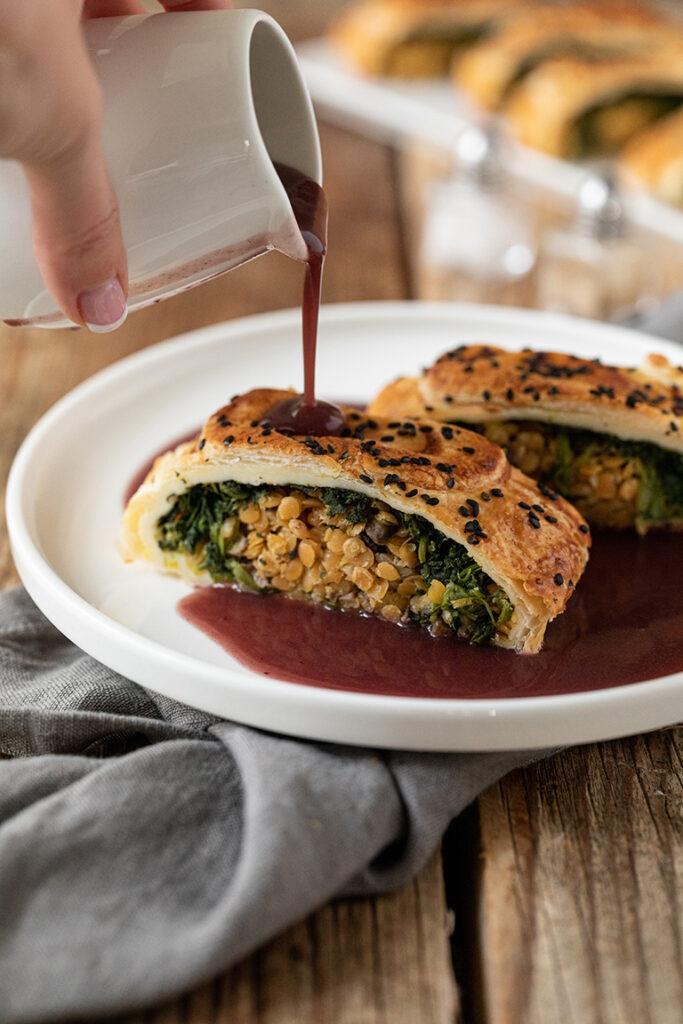 Linsenstrudel mit Spinat und Champignons serviert mit Bratensauce nach einem Rezept von Sweets & Lifestyle®