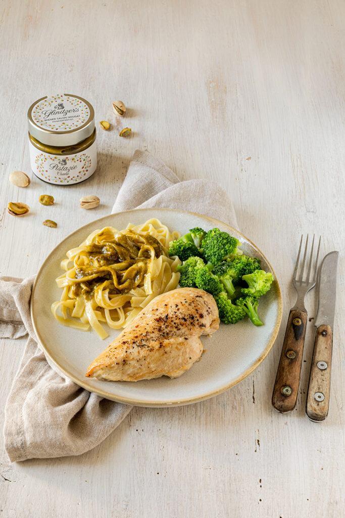 Gebratene Maishendlbrust serviert mit Brokkoli und Tagliatelli mit Pistazien Oberssauce nach einem Rezept von Sweets & Lifestyle®