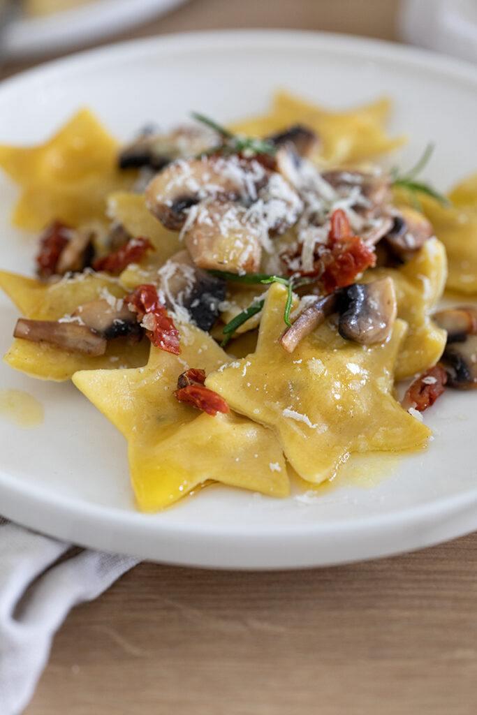 Stern Ravioli mit Pilzen Ziegenfrischkaese und getrockneten Tomaten gefuellt nach einem Rezept von Sweets & Lifestyle®