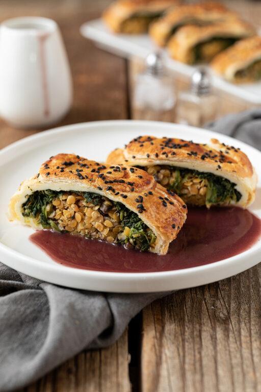 Veganer roter Linsenbraten im Blaetterteig serviert mit veganer Bratensauce nach einem Rezept von Sweets & Lifestyle®