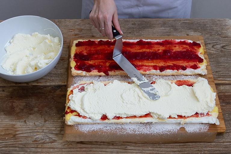 auf der Marmeladeschicht anschließend das steif geschlagene Schlagobers verteilen fuer die Kardinalschnitte von Sweets & Lifestyle®