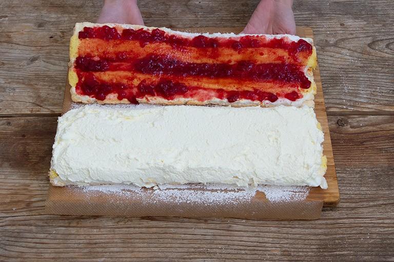 die Biskuit Baiser Streifen vorsichtig aufeinander setzen fuer die Kardinalschnitte von Sweets & Lifestyle®