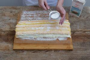 die fertige Kardinalschnitte mit Staubzucker bestreuen wie Sweets & Lifestyle®
