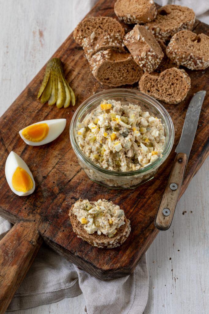 Einfacher Thunfischaufstrich mit Ei und Essiggurken als Thunfischbrotaufstrich nach einen Rezept von Sweets & Lifestyle®