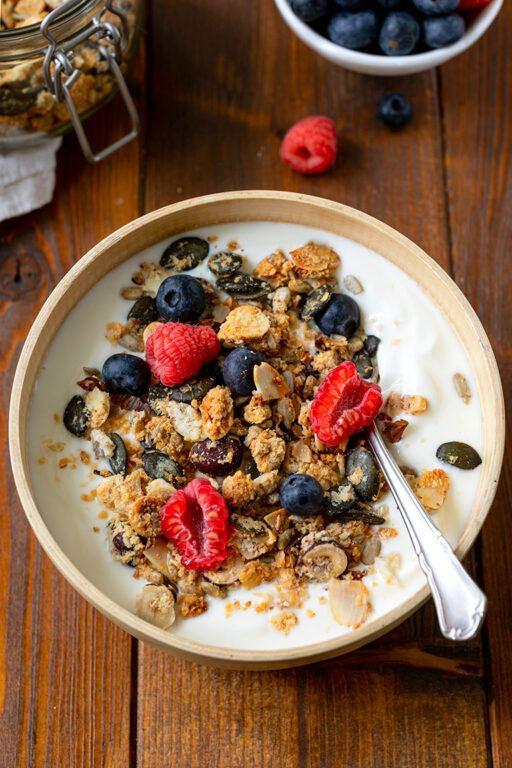 Joghurt mit selbst gemachtem Low Carb Granola und frischen Beeren nach einem Rezept von Sweets & Lifestyle®