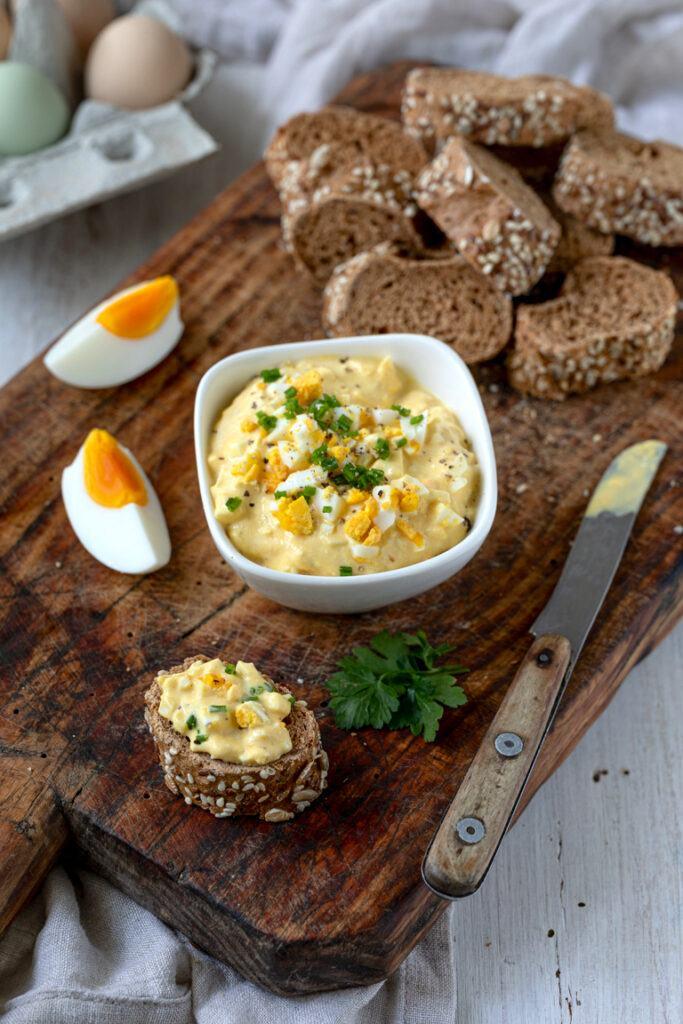 Klassischer Eiersalat ohne Mayonnaise mit Schnittlauch nach einem Rezept von Sweets & Lifestyle®