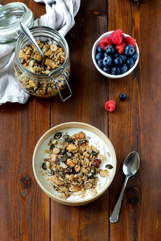 Selbst gemachtes Low Carb Granola mit Nuessen als Low Carb Fruehstueck nach einem Rezept von Sweets & Lifestyle®