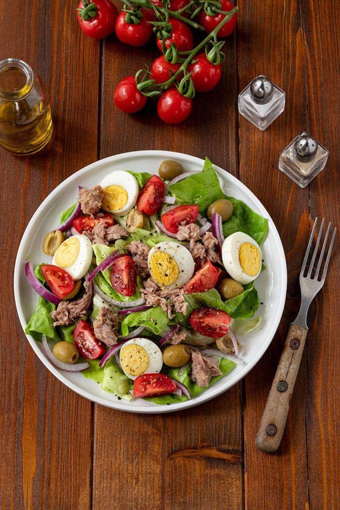 Low Carb Thunfischsalat mit Tomate Ei und Oliven nach einem Rezept von Sweets & Lifestyle®