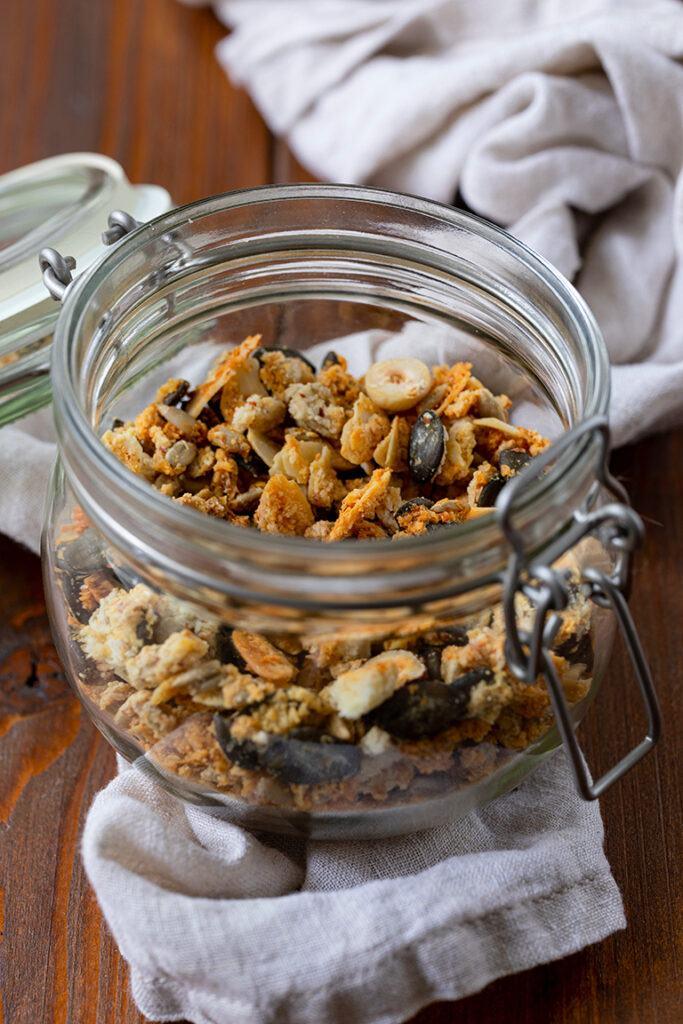 Selbst gemachtes Low Carb Granola mit Nuessen nach einem Rezept von Sweets & Lifestyle®