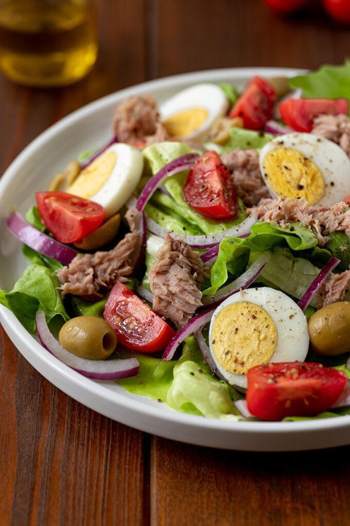 Thunfischsalat ohne Kohlenhydrate mit Ei und Tomate nach einem Rezept von Sweets & Lifestyle®