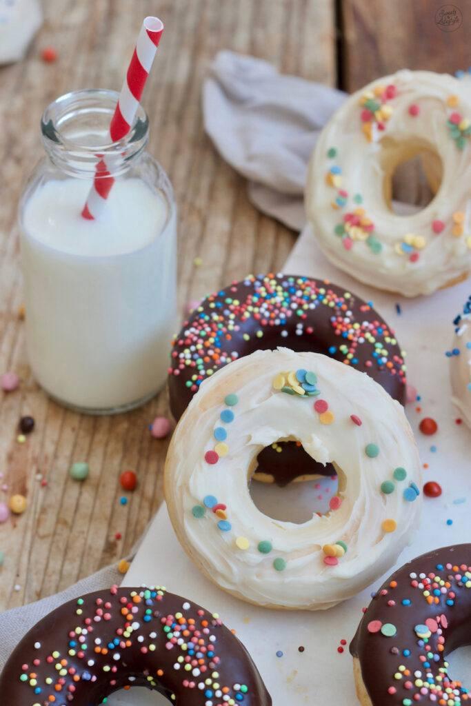 Fluffige Donuts fuer den Kindergeburtstag in einer Silikonform gemacht nach einem Rezept von Sweets & Lifestyle®