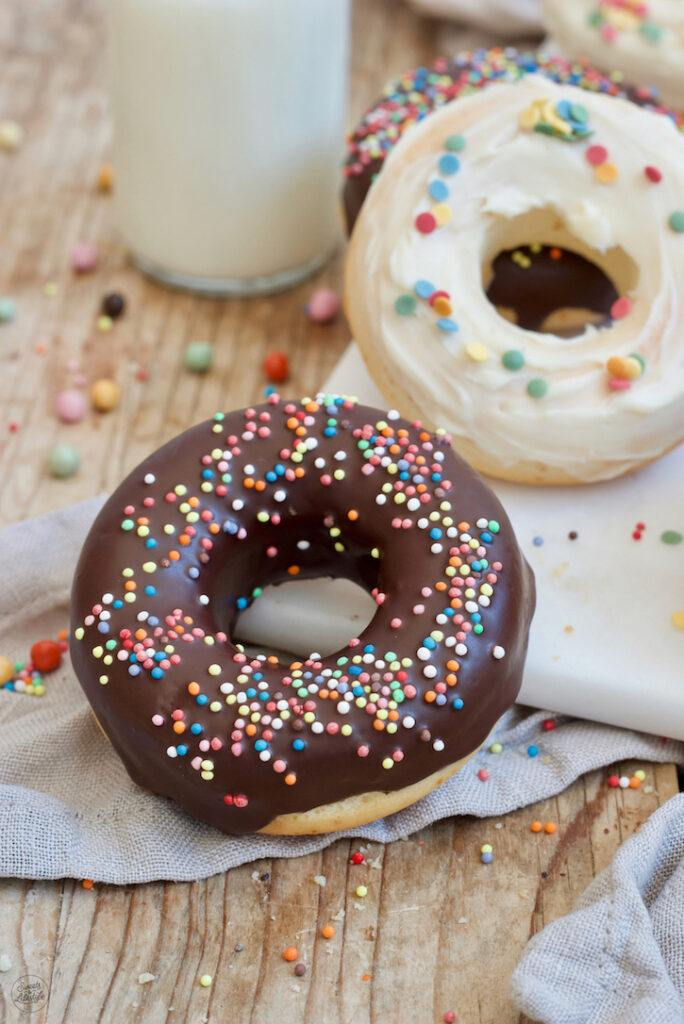 Leckere Donuts selber machen im Backofen mit einer Silikonform fuer den Kindergeburtstag nach einem Rezept von Sweets & Lifestyle®