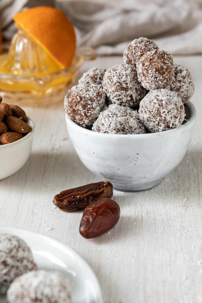 Selbst gemachte Energiebaellchen mit Datteln ohne Zucker nach einem Rezept von Sweets & Lifestyle®