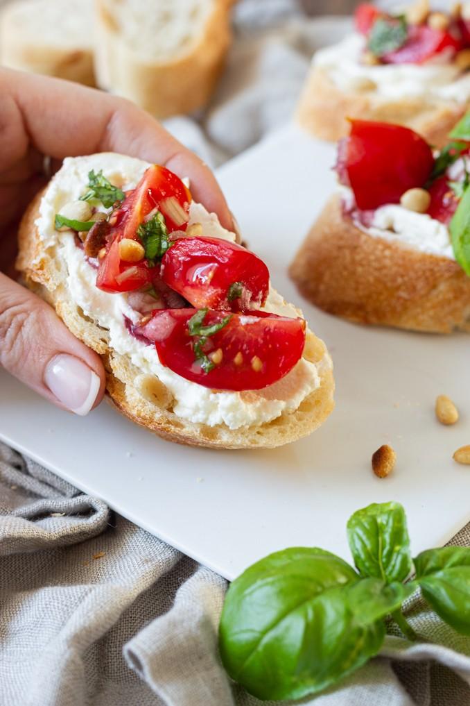 Bruschetta mit Tomaten Frischkaese und geroesteten Pinienkernen als leckeres Fingerfood nach einem Rezept von Sweets & Lifestyle®