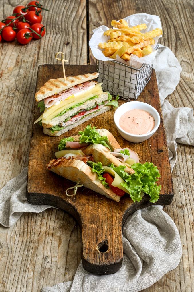 Club Sandwich mit Schinken knusprigem Speck und hart gekochtem Ei nach einem Rezept von Sweets & Lifestyle®