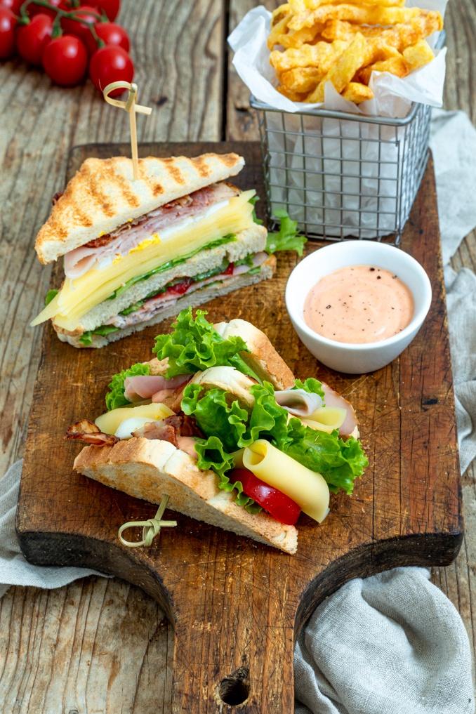 Selbst gemachtes Club Sandwich mit Kaese Schinken und knusprigem Speck als leckeres Fingerfood nach einem Rezept von Sweets & Lifestyle®