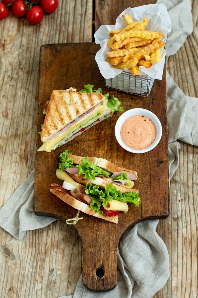 Club Sandwich mit Schinken und knusprigen Speck serviert mit Pommes und selbst gemachter Cocktailsauce nach einem Rezept von Sweets & Lifestyle®