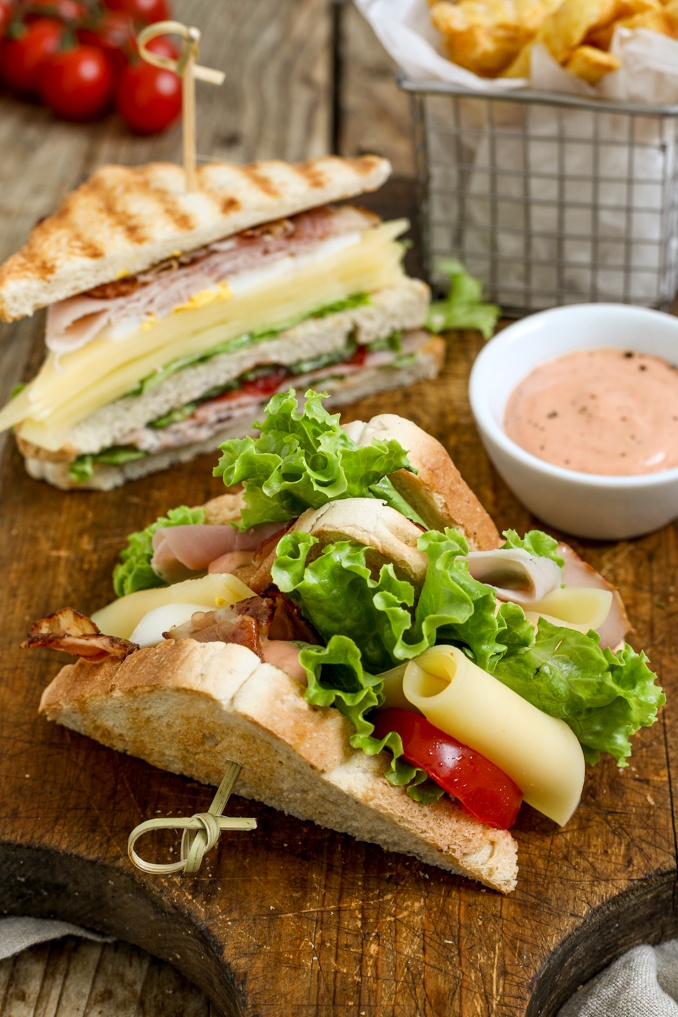 Club Sandwich mit knusprigem Speck serviert mit Cocktailsauce nach einem Rezept von Sweets & Lifestyle®