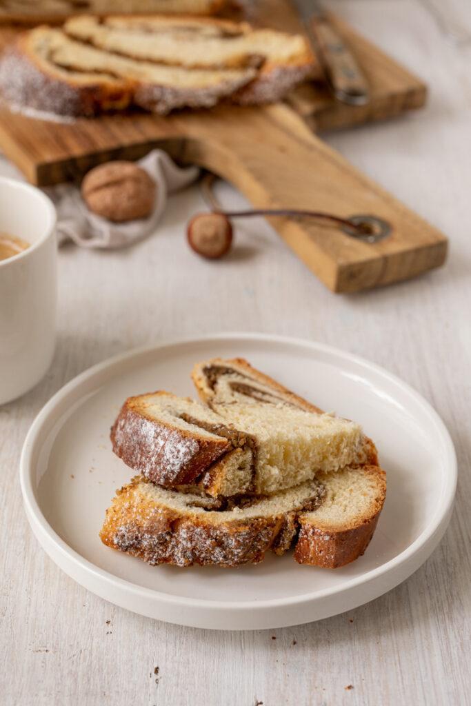 Ein Stueck vom saftigen Nusszopf aus Hefeteig nach einem Rezept von Sweets & Lifestyle®