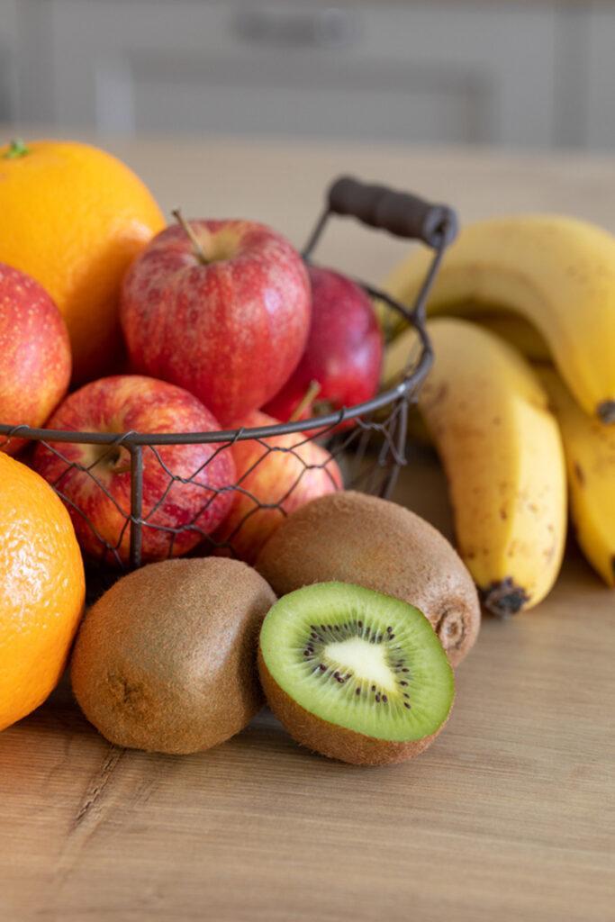 Frisches Obst fuer den Smoothie mit Banane und Kiwi sowie Orangen und Apfel von Sweets & Lifestyle®