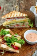 Rezept fuer ein Club Sandwich mit Schinken und knusprigem Speck von Sweets & Lifestyle®