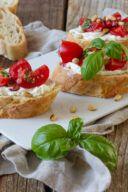Rezept fuer eine klassische Bruschetta mit Tomaten verfeinert mit Frischkaese und geroesteten Pinienkernen als Fingerfood nach einem Rezept von Sweets & Lifestyle®