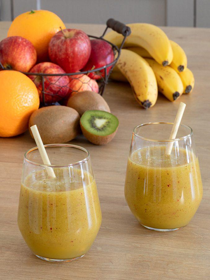 Leckerer Smoothie mit Banane Kiwi Apfel und Orange als gesundes Fruehstueck nach einem Rezept von Sweets & Lifestyle®
