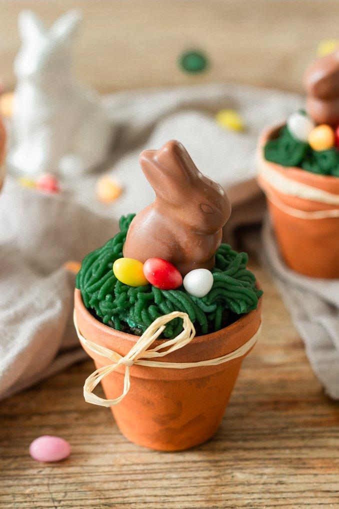 Suesser Spinatkuchen mit Marzipanverzierung und Schokoosterhase als Oster Kuchen im Blumentopf nach einem Rezept von Sweets & Lifestyle®