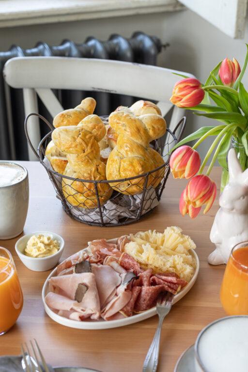 Leckere Baerlauch Osterhasen aus Germteig als Ostergebaeck nach einem Rezept von Sweets & Lifestyle®