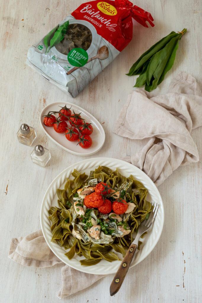 Baerlauchbandnudeln mit Frischkaesesauce gegrillten Huehnerstuecken und Tomaten nach einem Rezept von Sweets & Lifestyle®