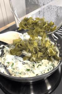 Bissfest gegarte Baerlauch Bandnudeln zur Frischkaesesauce geben fuer die Pasta mit Baerlauch Frischkaese Sauce nach einem Rezept von Sweets & Lifestyle®