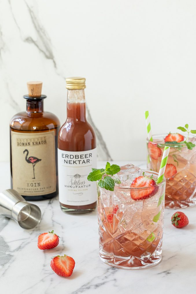 Erdbeer Gin Tonic gemacht mit dem SchlossManufaktur Erdbeernektar und dem KGIN Weinviertel Dry Gin der Brennerei Roman Kraus nach einem Rezept von Sweets & Lifestyle®
