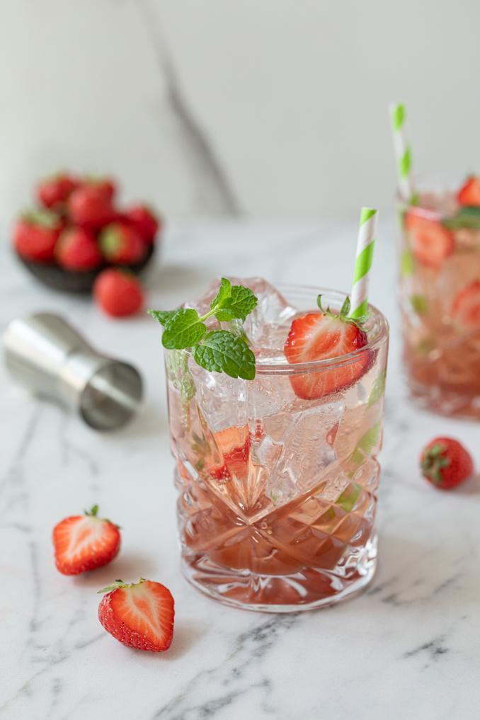 Fruchtiges Erdbeer Gin Tonic gemacht mit dem KGIN Weinviertel Dry Gin der Brennerei Roman Kraus nach einem Rezept von Sweets & Lifestyle®