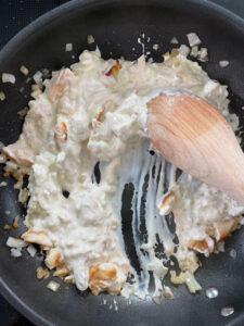 Herstellung der Frischkaesesauce mit gebratenen Huehnerstuecken fuer die Baerlauchpasta mit Frischkaesesauce nach einem Rezept von Sweets & Lifestyle®