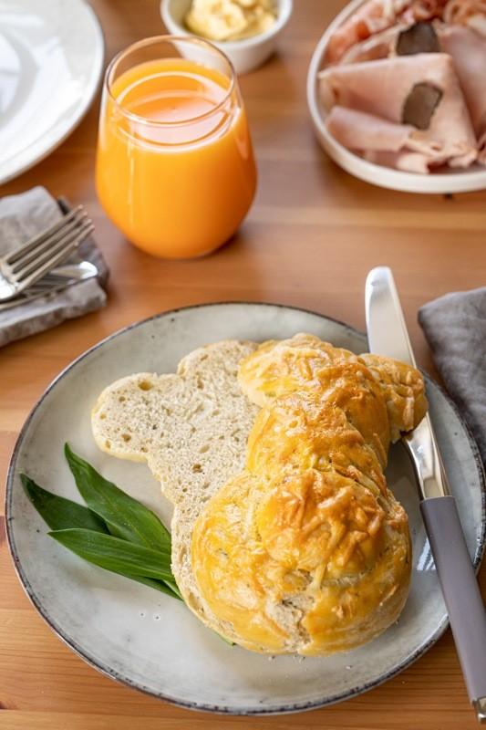 Herzhafter Osterhase aus Germteig mit Baerlauch als Ostergebaeck nach einem Rezept von Sweets & Lifestyle®