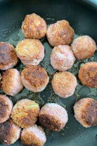 Selbst gemachte Koettbullar nach einem Rezept von Sweets and Lifestyle® werden im Pflanzenoel gebraten