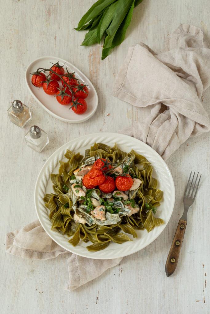 Schnelle Pasta mit Baerlauch Frischkaese Sauce mit gegrillten Huehnerbruststuecken und Tomaten nach einen Rezept von Sweets & Lifestyle®