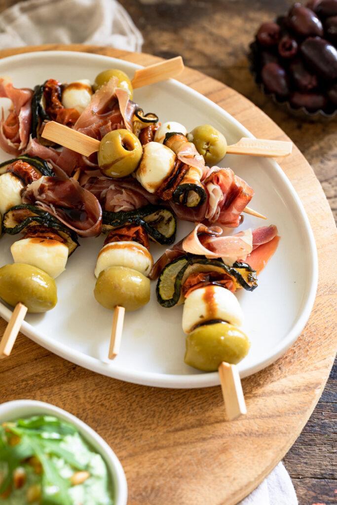 Schnell gemachte Antipasti Spiesse als Fingerfood Spiesse bei der Sommerparty nach einem Rezept von Sweets & Lifestyle®