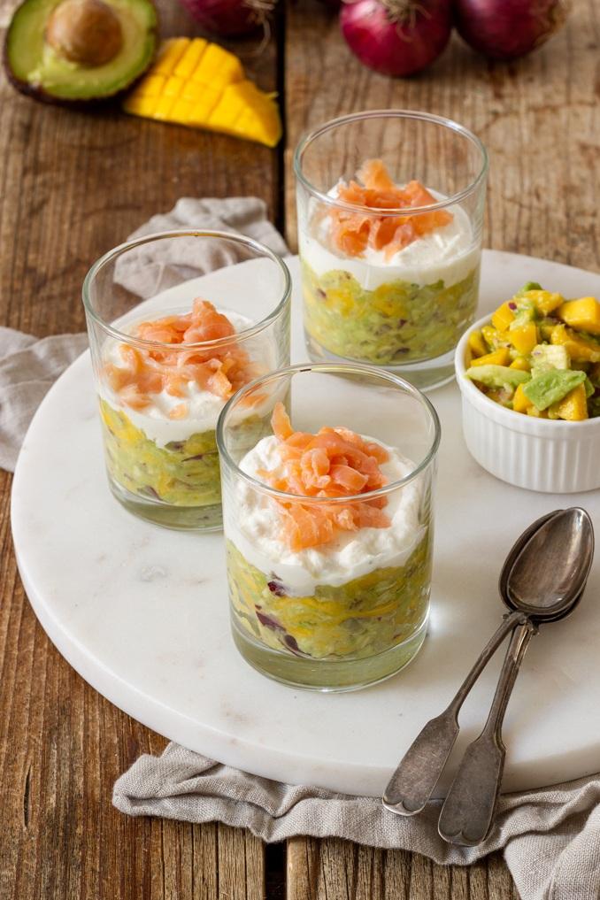 Eine leckere leichte Vorspeise im Glas ist die Avocado Lachs Verrine mit Mango nach einem Rezept von Sweets & Lifestyle®